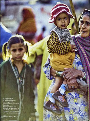 Vogue India août 2008, enfant d'un village pauvre avec un bavoir Fendi .